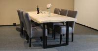 Massivholztisch mit Baumkante – ein...
